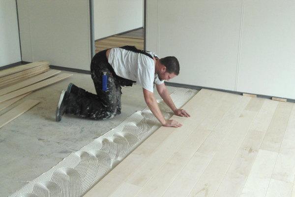 Zwevende houten vloer leggen: massief eiken vloer leggen tafel kopen