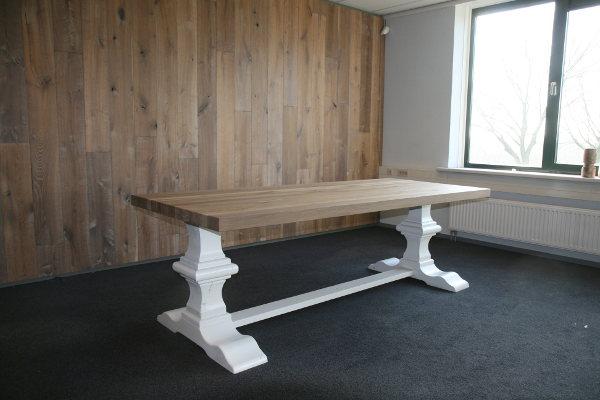 Tafel met witte poten houten blad